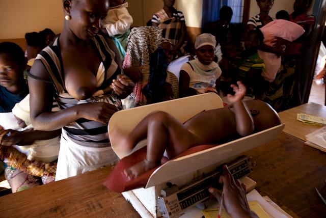 pesagem de crianas no posto de chiuaula, em lichinga, moambique