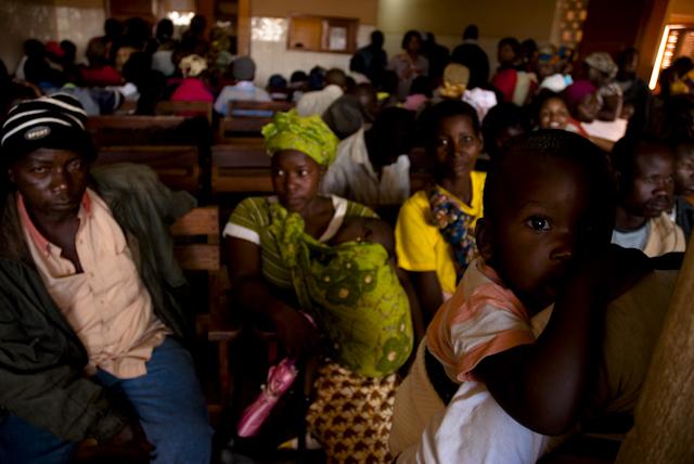 pessoas aguardam atedimento em posto de saœde em lichinga, moambique