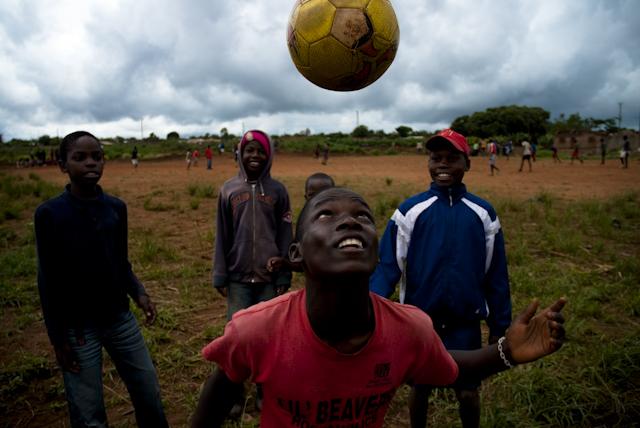 partida de futebol nos arredores de lichinga, moambique